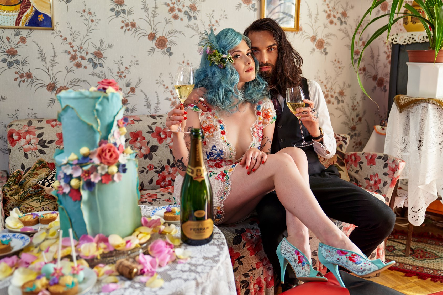 Rengeteg virág, harsány szín és csodás cipő REKAVAGO legújabb retro glam esküvői kreatív anyagában – interjú a tervezővel